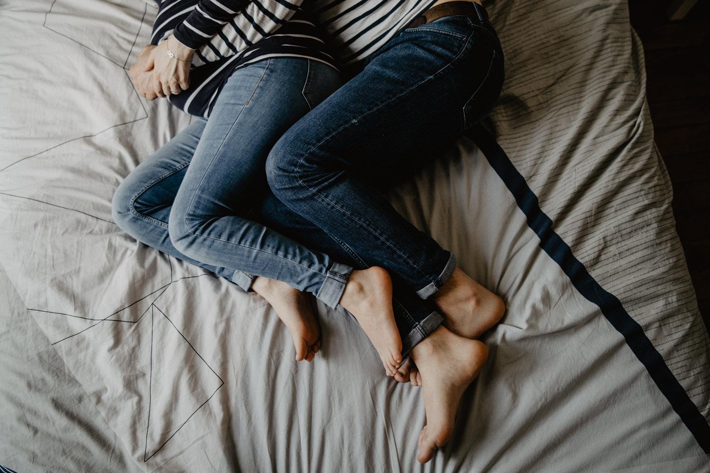 Séance maternité cocoon et intime dans un appartement parisien