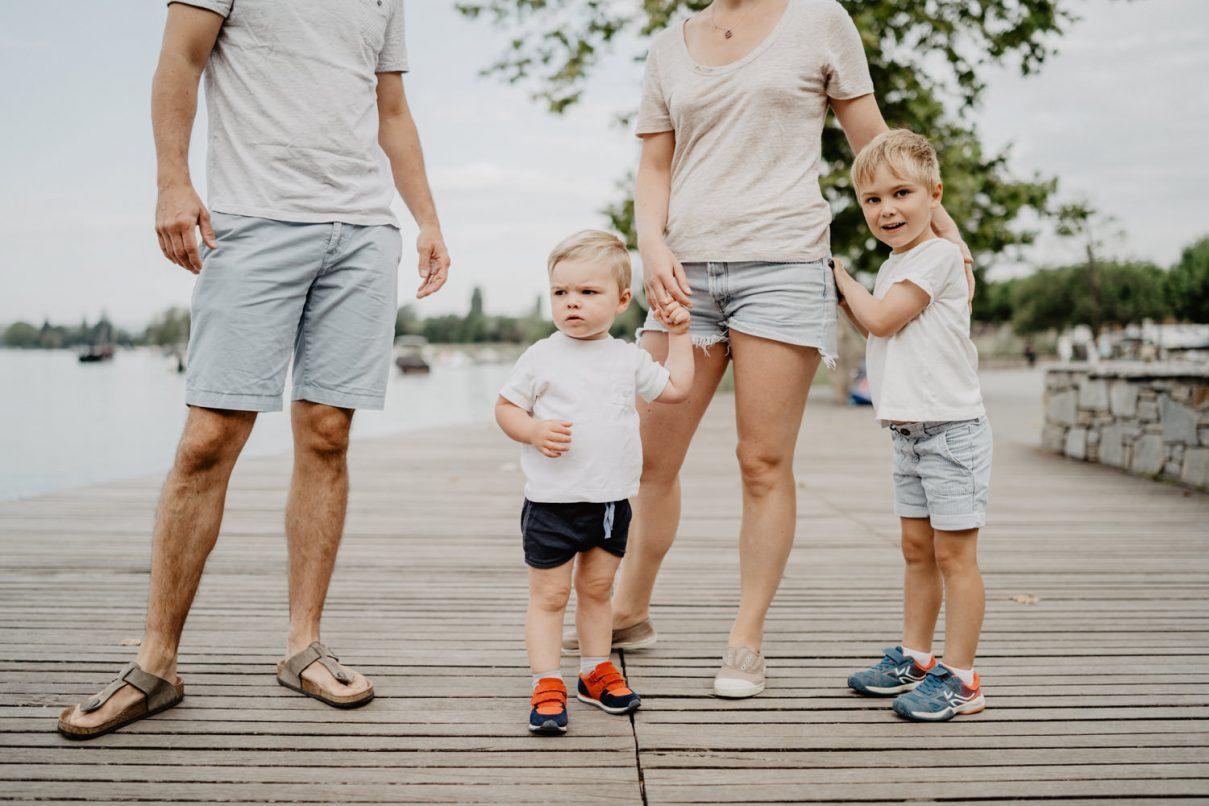 séance photo en famille au bord du lac d'Annecy