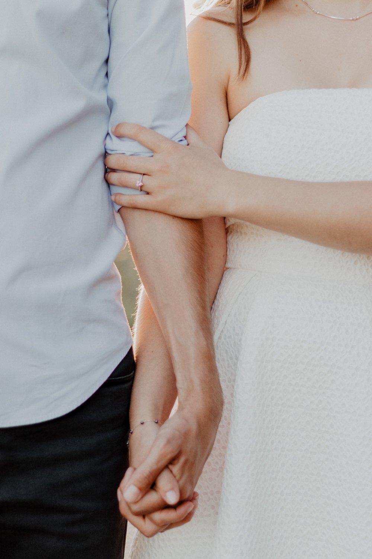 mains enlacés de fiancés pour une séance couple